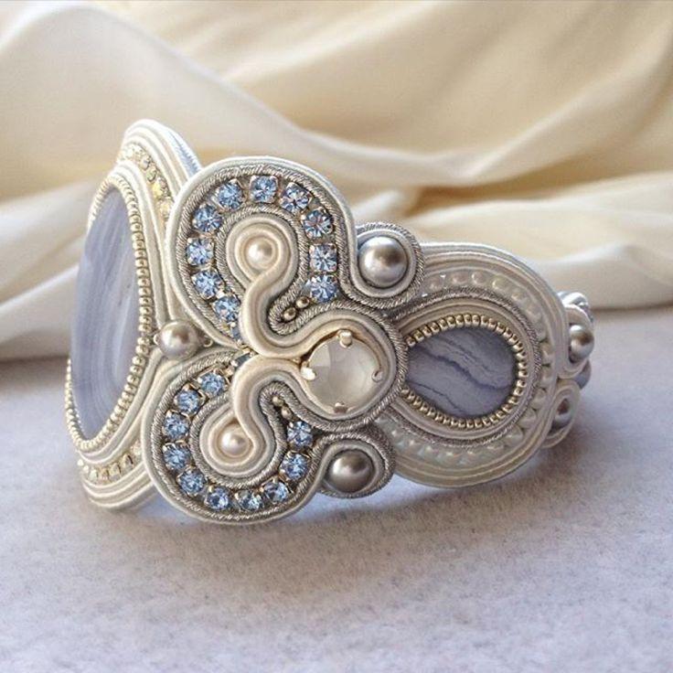 Soutache-Armreif in Weiß und Hellblau. Ein schönes Beispiel dafür, wie verschiedene Steine und Perlen ein Soutache-Schmuckstück aufwerten können!
