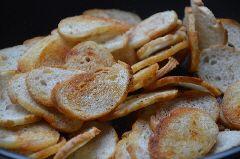 Brood ingesmeerd met knoflook drogen