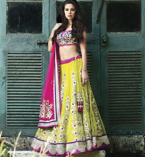 Benzer World showcase this gorgeous yellow lengha with a splash of hot pink! A stunning contrast don't you think? #asianwedding #asianbride #asianlengha #lengha #hotpink #pink #yellowlengha #yellow #bridallengha #asianbride.me #asianbridemagazine