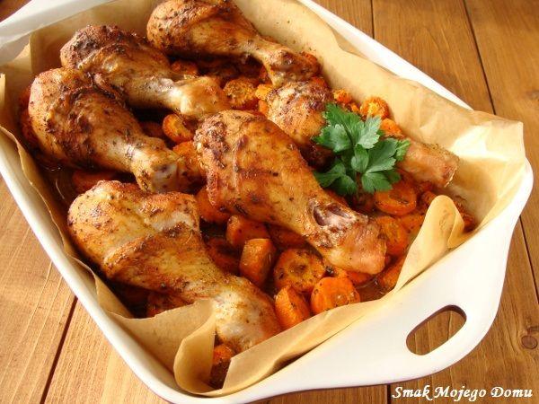 Smak Mojego Domu: Pałki z kurczaka, pieczone z marchewką i cebulą