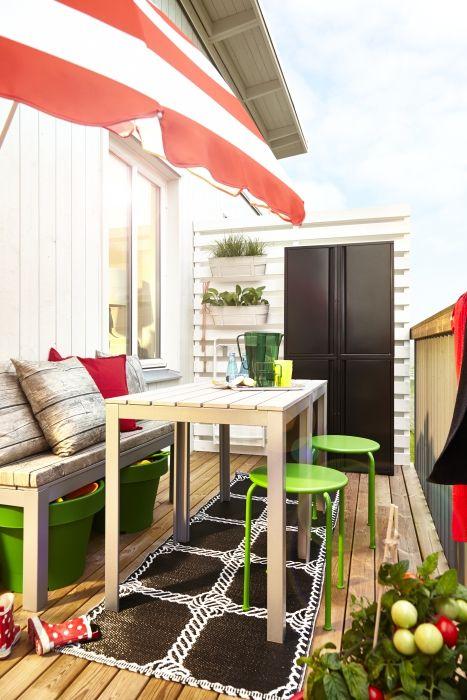 Créez un espace balcon au style raffiné grâce à nos tables légères FALSTER, aux tabourets ROXÖ et aux armoires JOSEF.