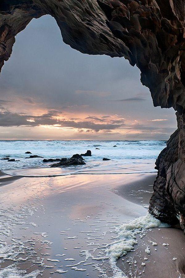 Jolie destination à la couche de soleil au bord de la mer