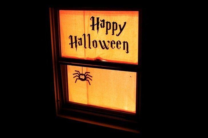 Halloween-Fenster-Silhouetten sind eine preiswerte Weise, für Halloween zu verzieren und eine gespenstische Note zum Hausdekor hinzuzufügen. Mit ein wenig Kreativität und ein paar