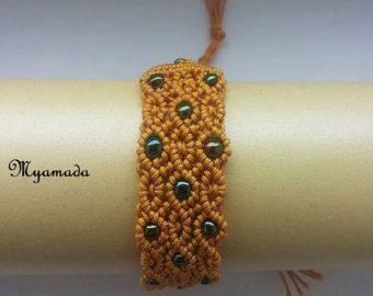 Bronze de bracelets macramé avec perles de verre que vous aimerez porter nimporte quel moment !  Les bracelets sont réalisés selon la technique de macramé. Soigneusement fabriqué et serré.  La taille est réglable grâce à un nœud coulant et s'adapte aux femmes  s poignet.  Le prix est juste pour le bracelet.