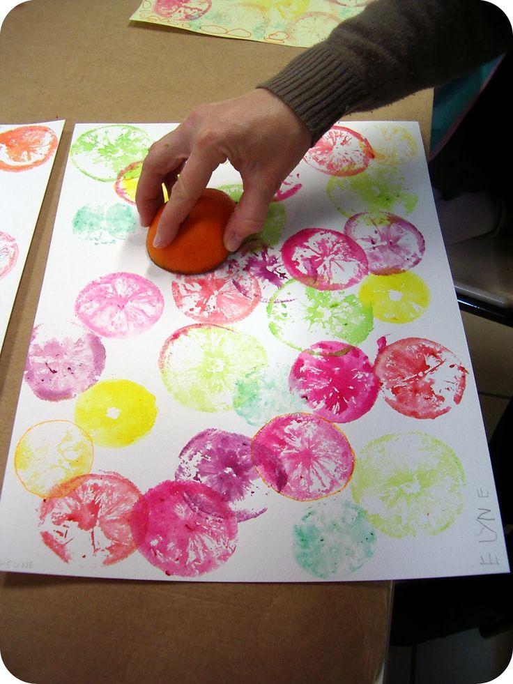 """Cette semaine, c'est une """"séance d'impression"""": nous avons coupé oranges, citrons et clémentines, par la moitié puis nous les avons tre..."""