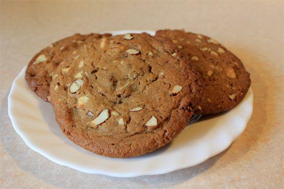 Kæmpe cookies med hvid chokolade, mandler og lakrids