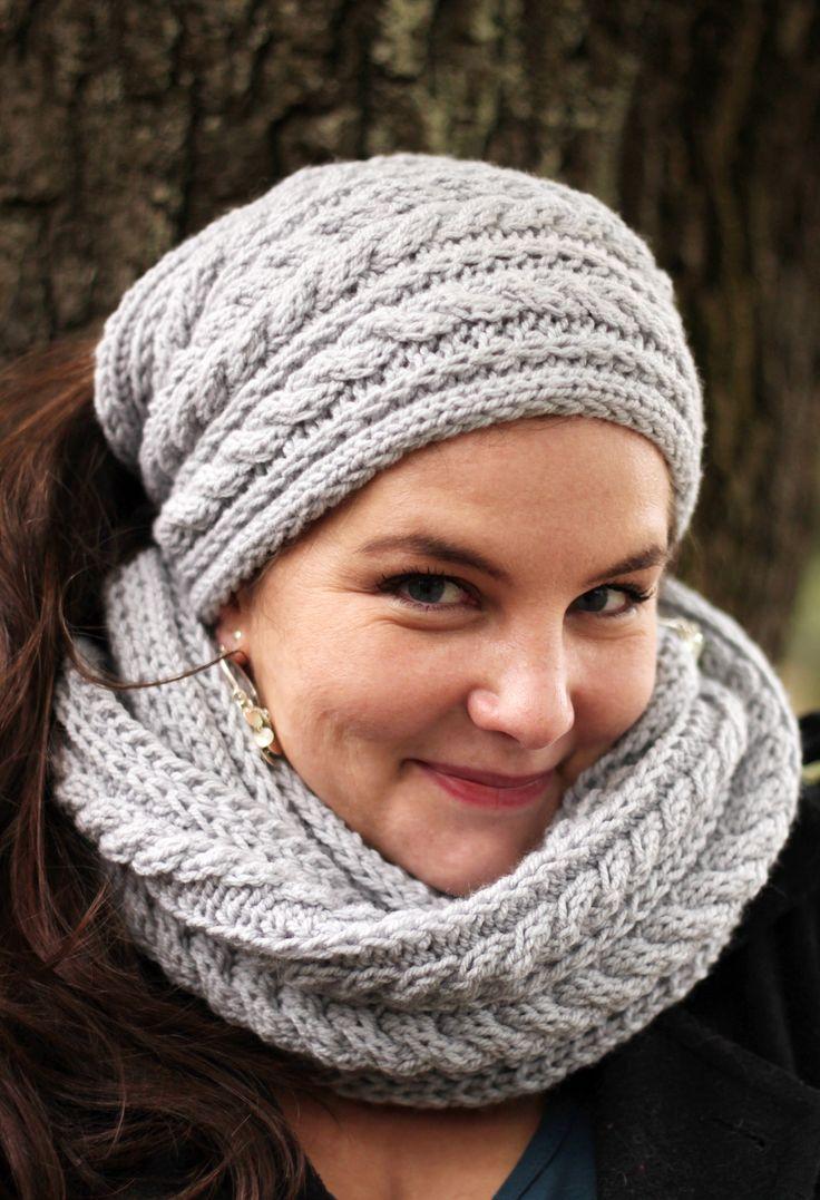 """Nákrčník a čelenka """"Copánek šedý"""" Nákrčník můžete nosit v zimě omotaný kolem krku, ale i na jaře jako hřejivý doplněk na svetřík. Čelenka tvoří s nákrčníkem pěknou soupravu, má bvod 44 cm. Můžete objednávat i jednotlivě. Čelenka stojí 100 kč. Modelka: Lucie Ryšavá"""