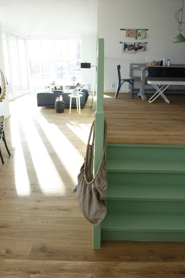 17 beste idee n over verf trap op pinterest trappen schilderen geschilderde trap en kelde - Deco woonkamer met trap ...