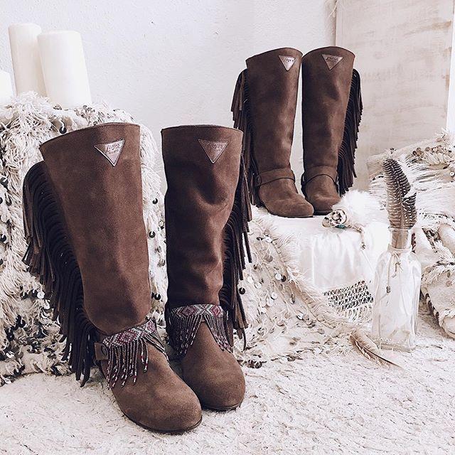 Botas de caña alta con flecos a los lados.  Tendencias boho 2018, fringe basic, fringe rose, boho, boots, layer boots, isla bonita.