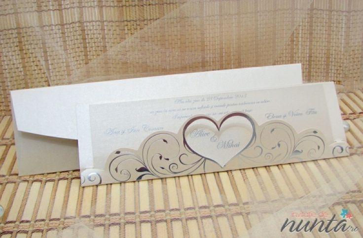 Invitatie de nunta romantica, de culoare crem, cu motive florale argintii si chenar inima.