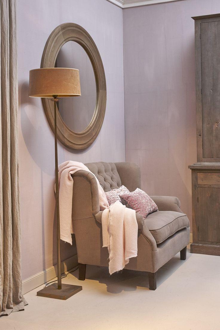 Mooi wonen is een kunst. Het vraagt om een creatieve artiest. De interieurstylisten van Mart weten wat kunst is. Landelijk wonen, lamp, stoel, plaid, spiegel. www.martkleppe.nl