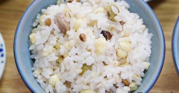 압력솥 밥 하는 법, 잡곡밥 만들기 친정집에 가면 유독 '밥'이 맛있게 느껴져요. 윤기는 차르르 흐르는 것이 단내까지 가득 나는 엄마표 쌀밥♡ 맛있는 압력솥 밥 만들기는 재료 비율이 중요해요. 쌀과 잡곡의 비율은 7:3으로, 물과 쌀은 1:1 로 맞춰주세요.  고슬고슬함과 된밥의 경계에 있는 밥을 좋아하는 분들도 계시지요?  그럴 땐 물을 조금 적게 해서 1:0.8 정도로 잡아주면 돼요. [재료] 잡곡쌀 2컵, 물 2컵 압력솥에 잡곡쌀과 물을 1:1 비율로 넣어주세요. 뚜껑을 완전히 밀폐한 뒤 센 불로 가열해주세요. 압력 표시기가 빨갛게 변하면 약불로 줄여 5분간 가열해준 뒤 불을 꺼주세요. 10분간 그대로 두며 뜸을 들여주세요. 불을 끈 뒤엔 10분 정도 뜸을 들였다 열어주면 되는데요. 증기가 완전히 배출된 것을 확인한 뒤 뚜껑을 오픈해주셔요.