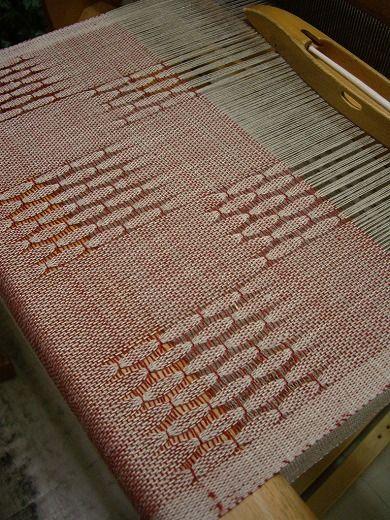 以前、ご紹介したスリンゲルのランプシェード生成りや白色のヨコ糸を選び、模様部分をボーダーで入れる方が多いなか本日のOさんは赤をセレクト!模様もブロックに区...