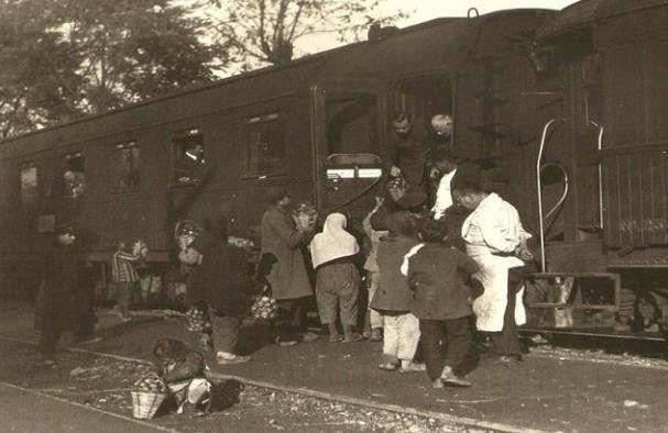 1928 <br />Sepetlerindeki elmaları yolculara satmaya çalışan kadınlar<br /><br />Fotoğrafçı Haydarpaşa'dan trene atlayıp Sapanca'da inip bu fotoğrafı çektikten sonra uzun uzun kendi ülkesindeki trenleri anlatmaya başlamış:<br />'Bizim trenimiz Kassel'den Henschel&Shon yapımı bir Alman lokomotifi, bir yük vagonu, iki adet üçüncü sınıf vagonu, bir yemek vagonu ve bir de yataklı vagondan oluşuyordu.'