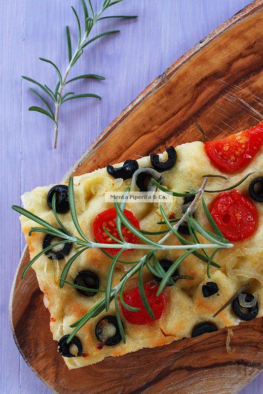 Focaccia con olive nere, cipolla e pomodorini
