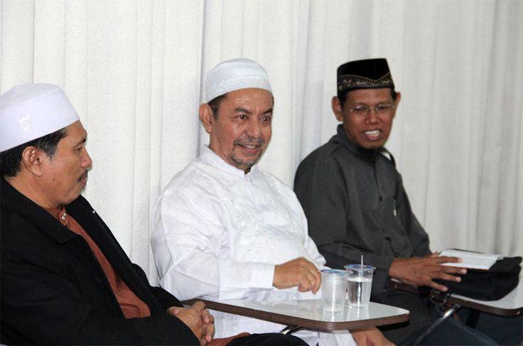 Majelis Mujahidin ajak PDIP uji sahih pidato politik Megawati  JAKARTA (Arrahmah.com) - Majelis Mujahidin mengajak Ketua Umum PDIP beserta tim ahlinya untuk melakukan Uji Sahih terhadap pidato politik Megawati Soekarnoputri sebagai pertanggungan jawab ilmiah dan ideologis berkaitan dengan ketiga narasi yang disoroti Majelis Mujahidin.  Majelis Mujahidin institusi penegakan Syariah Islam yang dideklarasikan pada 7 Agustus 2000 menemukan beberapa hal yang perlu mendapatkan penjelasan dari…
