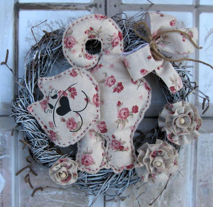 Eliška Celoroční věnečekz proutí, dozdobený látkovou kočičkou a květy, laděno do anglického stylu. Průměr věnečku 30 cm.