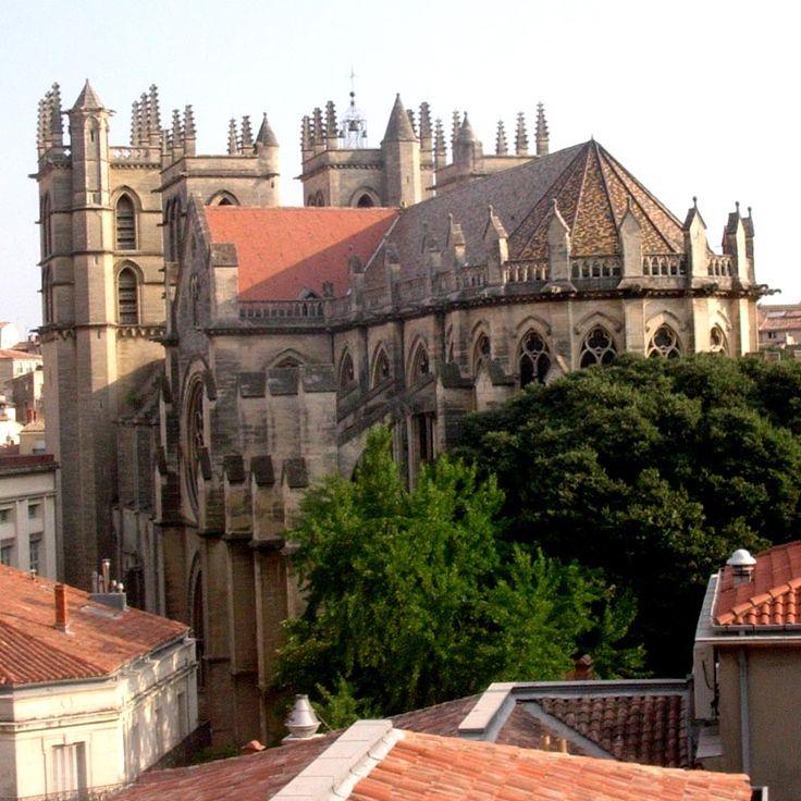 Montpellier: sa cathédrale était à l'origine l'église du monastère-collège St-Benoît-st-Germain fondé en 1364. En 1536  l'église devient cathédrale. Pendant les guerres de religion elle est fortifiée puis détruite en partie en 1567. Reconstruite au 17°s, le choeur est remanié au 19°dans un style bourguignon. L'élément le plus original de la cathédrale est le porche principal du 15° qui se résume à 1 voûte sur croisée d'ogives portée par 2 gros piliers cylindriques