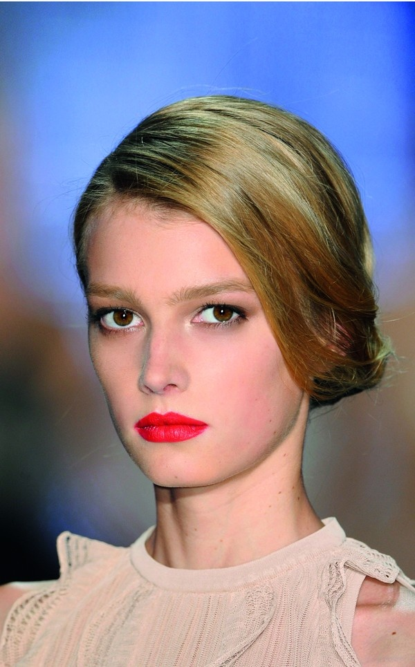 labbra rosse firmate Dior  http://www.elle.it/Sposa/Hair-Make-up/Quattro-matrimoni-e-un-ideale-a-ogni-stile-il-suo-make-up