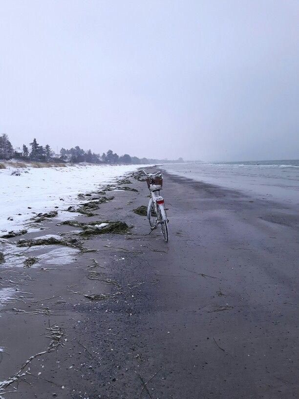Ocean has cleared a path! Yes!  #bikeportraits #batavus #cykel #cykeltur #winter