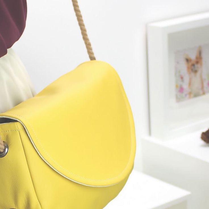 'THE TRUTH ABOUT ME IS I'M A WILD ANIMAL' Innerhalb kürzester Zeit habt Ihr die kleine Messenger Bag erneut zu Eurem Lieblingsmodell gewählt. Kein Wunder, hat sie doch die optimale Größe und leuchtet in angesagtem Mustard Yellow.