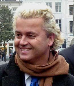 Liderul partidului de extremă-dreapta olandez PVV, Geert Wilders, i-a adresat ministrului român al Muncii, Mariana Câmpeanu, o scrisoare în care se susţine că liberalizarea pieţei muncii va avea un impact nedorit asupra şomajului, sistemului de asigurări sociale şi nivelului de infracţionalitate din Olanda şi solicită amânarea liberalizării pieţei muncii pentru România.  Wilders şi doi membri ai parlamentului olandez s-au prezentat luni în faţa ambasadei României la Haga, însoţiţi de…
