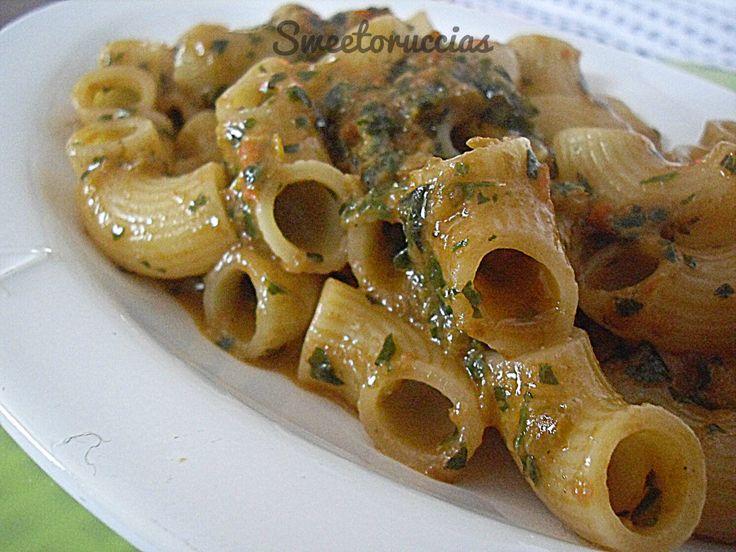 Mezze maniche al pesto di peperoni grigliati e basilico