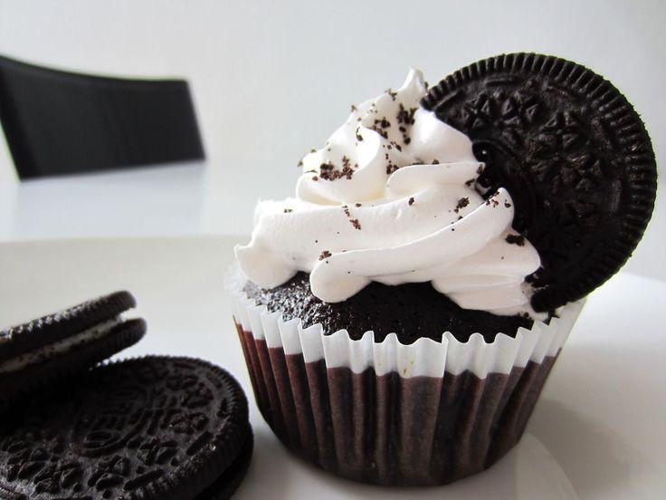 Lækre Oreo Cupcakes med Italiensk marengs. Er du en ægte chokolade- og Oreo-elsker, så er dette lige kagerne for dig.