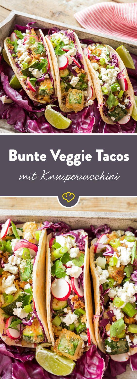 So geht vegetarischer Genuss: Statt einfach nur grünen Salat auf die Tortillas zu streuen, werden diese Tacos mit knallbuntem Gemüse und Kräutern gefüllt. Auf der Suche nach dem Besonderen Crunch? Bei diesem köstlichen Fingerfood wird man in Sachen Knuspereffekt in Form kross ausgebackener Zucchini im Panko-Mantel schnell fündig.