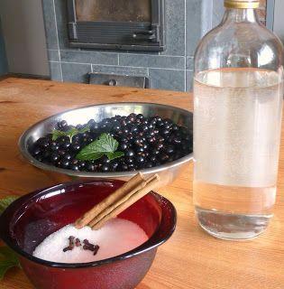 zwarte bessen likeur, geplukt en gemaakt in juli, met dank aan de gulle aarde, en... Tegen december op dronk!!!