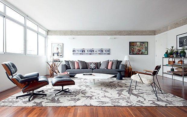 Sala de estar   As vigas de concreto são destacadas pela pintura branca das paredes e da porta de entrada. Rodapé recuado feito com cantonei...