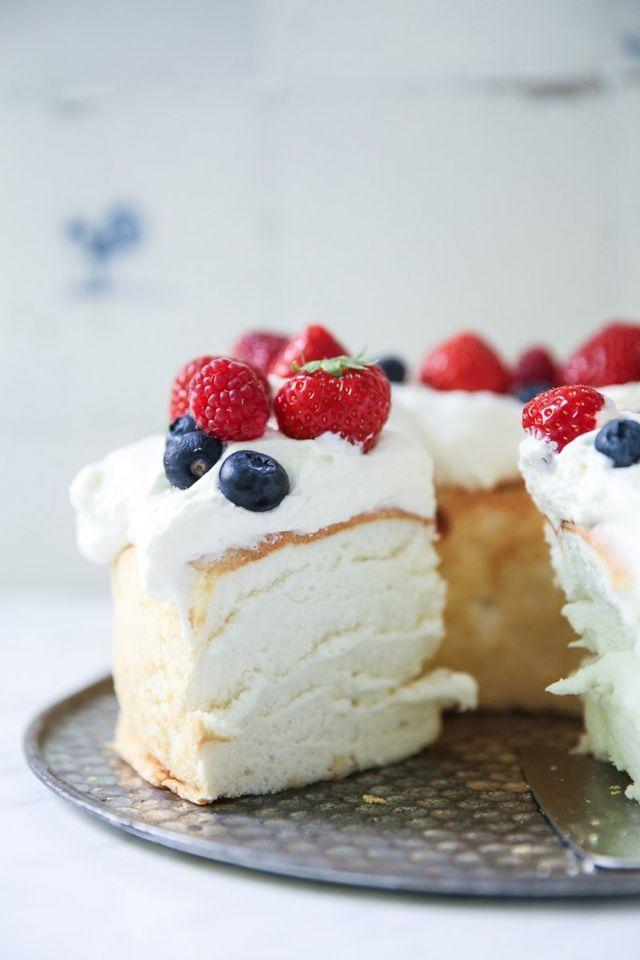 Angel Food Cake, also Engelskuchen, ist eine ganz schön fluffig leichte flauschige Kuchenange-legenheit. Ja, flauschig trifft es wohl am besten. Genau so wie man sich wünscht, dass sich Wolken wohl an
