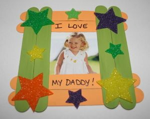 Preschool Crafts for Kids*: Father's Day Popsicle Stick Picture Frame Craft.  Going to alter this to make it for Christmas!