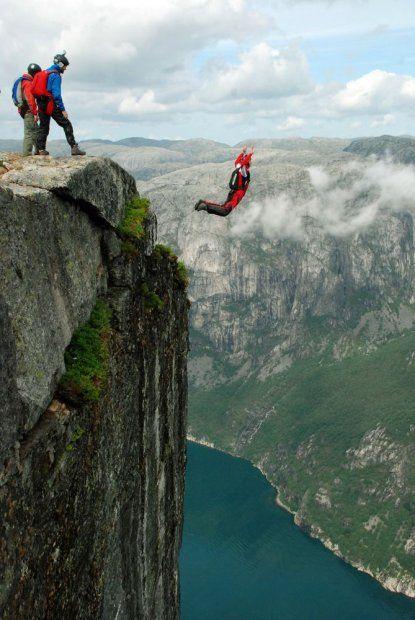 człowiek skaczący ze spadochronem
