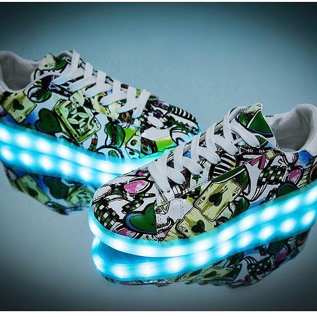 """15 nouveaux designs et couleurs pour les chaussures lumineuses basses """"Moonwalk"""" ! Ici en photo : la chaussure led """"Graffiti"""". Chaussure lumineuse 20 euros seulement livraison rapide car produit déjà en France !  la deuxième paire pour 15 euros. Du jamais vu ! https://www.heartjacking.com/fr/260-chaussures-lumineuses   De la taille 25 (enfant) à 46 la basket lumineuse led Moonwalk nom inspiré du grand Michael Jackson bien entendu ;-) est noire ou blanche et sur chaque chaussure on peut…"""