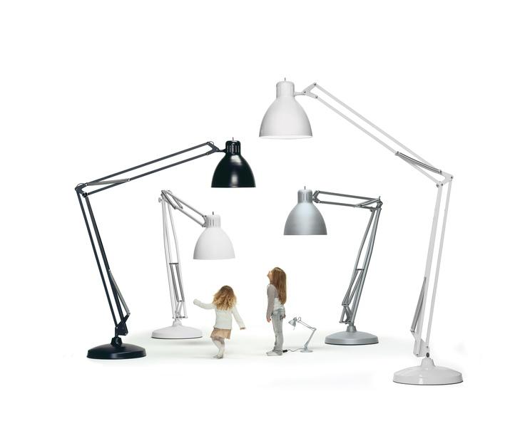 The Great JJ Floor Lamp - Gigantisk JJ Gulvlampe til både indendørs og udendørs fra LIGHT-POINT.     www.light-point.dk