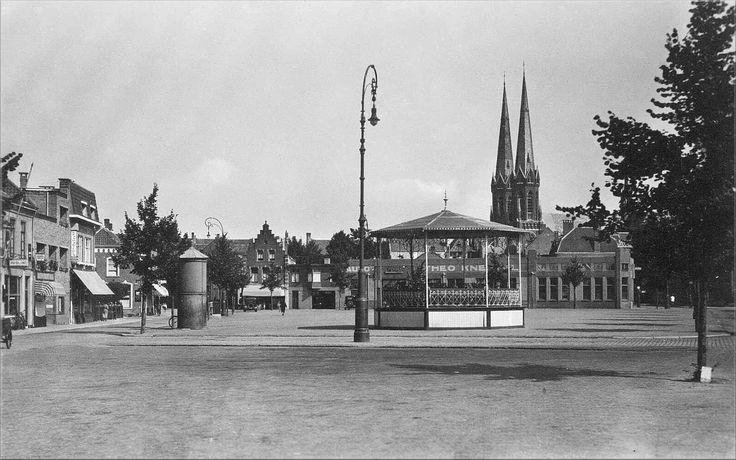 1937: Piusplein. Muziekkiosk en links een transformatorhuisje. op de achtergrond Garage Knechtel.