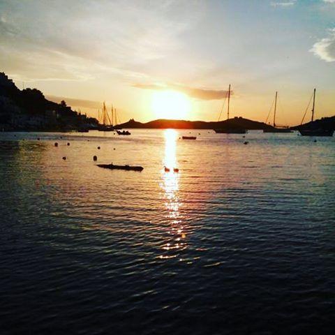 Sun sets in Vourkari, Kea! #kea_greece #Cyclades_islands  #visitKea #sunset #harbour #romance #autumncolors #sunsetlovers  Follow @kea.greece for more! ❤
