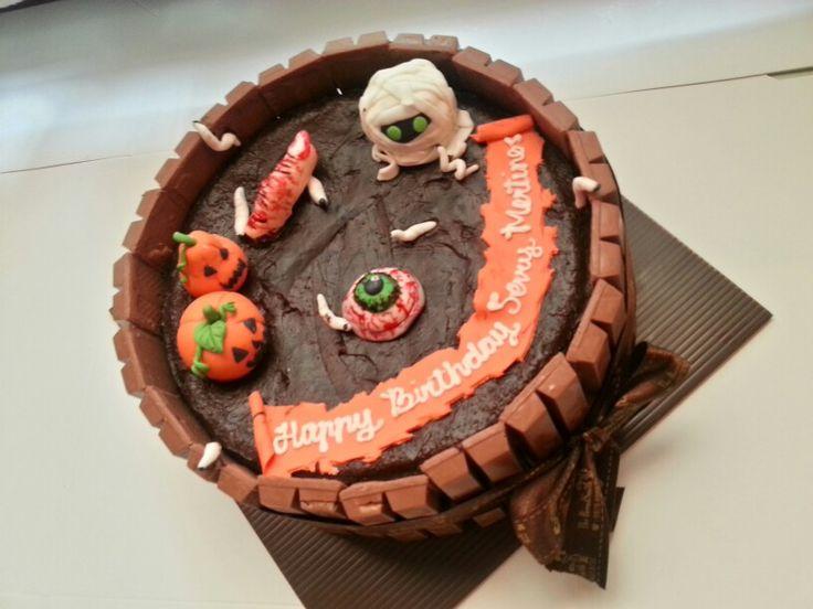Creepy halloween kitkat cake