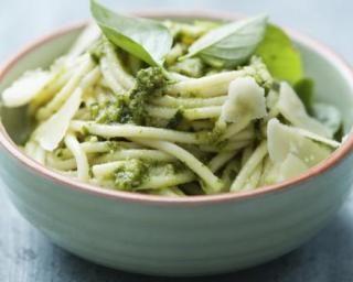 Spaghetti de konjac au pesto de basilic : http://www.fourchette-et-bikini.fr/recettes/recettes-minceur/spaghetti-de-konjac-au-pesto-de-basilic.html