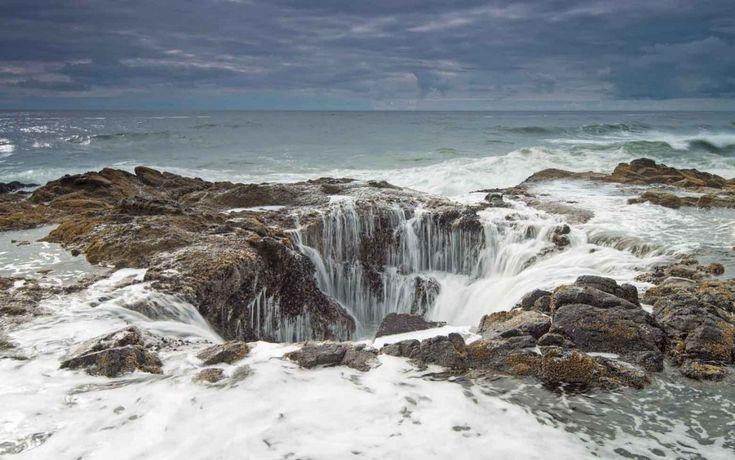 ''Thor's well (il pozzo di Thor), un cratere nel quale defluisce acqua di mare. Una rarità tra le bellezze dello scenario geologico. Siamo nella riserva forestale ''Siuslaw national Forest'', sulla costa dell'Oregon.