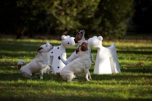 Το Doggy από την Serralunga μπορεί να είναι ένα στολίδι για τον κήπο, ένα παιχνίδι για τα παιδιά, ένα είδος πάγκου για τον κήπο ή σκαμνί.  Αν όλα αυτά δεν αρκούν μπορείτε να το τοποθετήσετε μπροστά από την είσοδο του σπιτιού σας για να την φυλάει και να προσφέρει στους επισκέπτες ένα θερμό καλωσόρισμα.