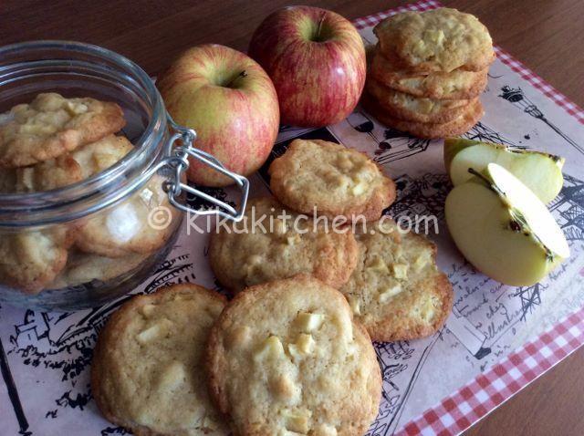 I biscotti mela e cannella sono golosi biscotti aromatizzati con morbidissimi pezzetti di mela. Una variante dei classici cookies americani.