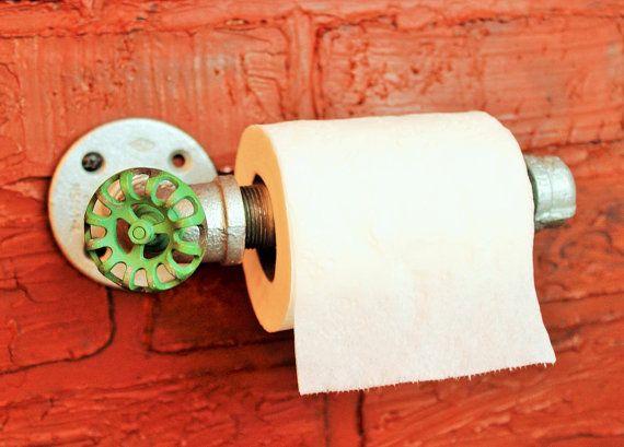 Verzinkte Industrial / Steampunk WC Papierrollenhalter für Badezimmer-Dekor Einfach zu installieren, einfach zu bedienen :) SIEHT unglaublich in Ihrem Badezimmer! Diese Badezimmer-Möbel / Wand-Befestigung hält eine Rolle Klopapier wie ein Boss! WC-Rollenhalter erfolgt mit verzinkten Rohren und ein Vintage Stil roten Schlauch Regler. Diese Badezimmer-Dekor Industrie- & Steampunk Stil Toiletten passen soll, macht es ein genial Schwerpunkt Ihres Space! Alle Spiele in meinem Sh...