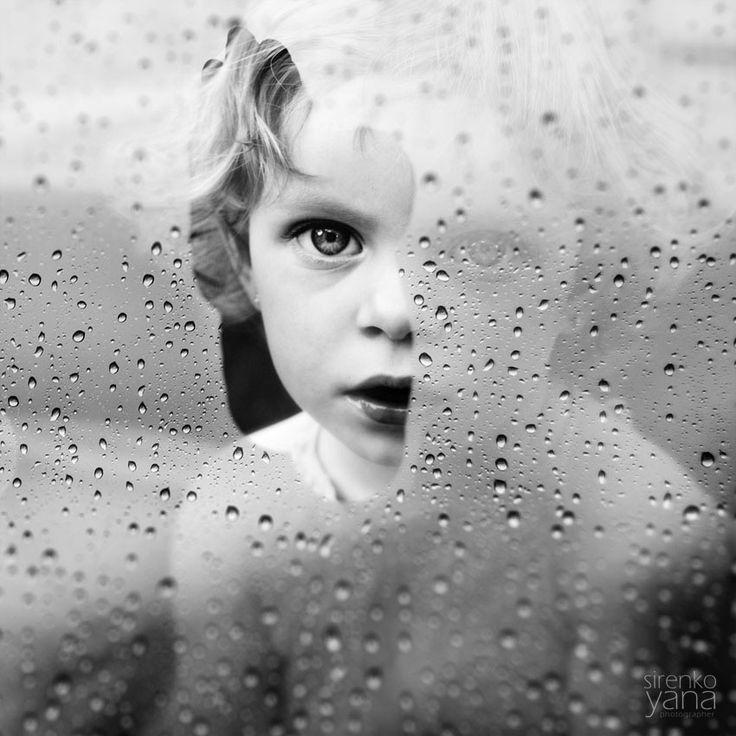 Um belo retrato de uma criança através da janela, feito pela fotógrafa ucraniana Yana Sirenko em http://fotografiadiaria.com.br/retratos/sem-titulo-de-yana-sirenko/