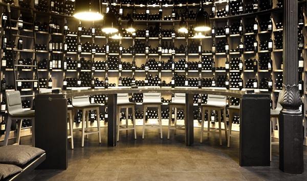 Taburete Laia de Alki.  Design: Jean Louis Iratzoki.  Vinoteca Lukas de Donosti.