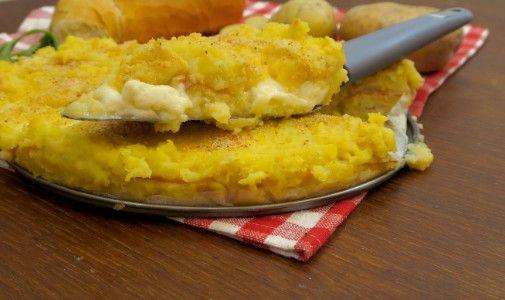 Un'idea originale che renderà sfiziosa la vostra cena. Avete del pane avanzato? Niente di meglio della torta pane e patate, da farcire in qualunque modo vi suggerisca la vostra fantasia! Gli ingredienti:  500 grammi di patate 150 grammi di pane 200 ml latte 1 uovo 50 grammi di parmigiano sale mortadella quanto basta crescenza quanto basta pangrattato  Lessate e schiacciate le patate in una terrina, poi aggiungete il pane tagliato a quadrotti, e il latte. Mischiate il composto e lasciatelo...