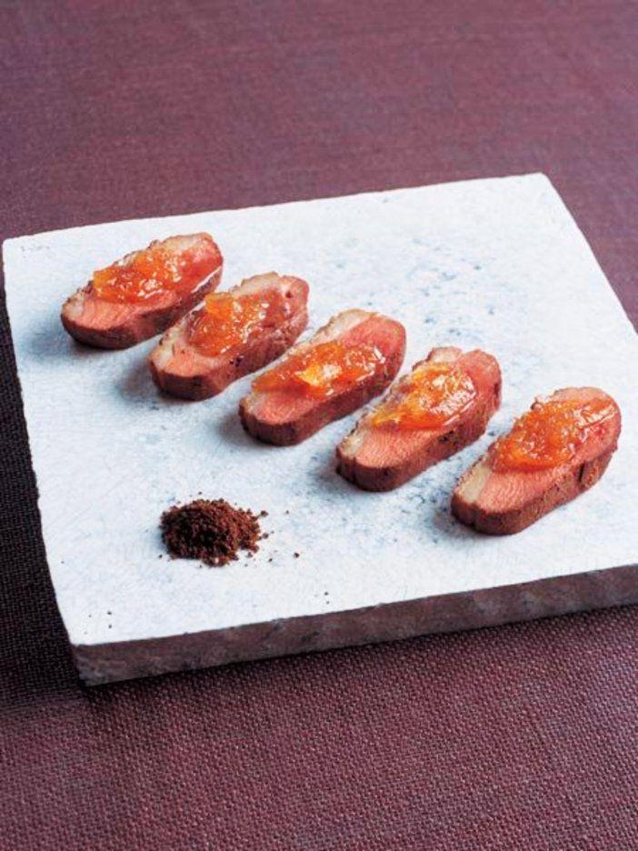 ゆずの甘いソースと鴨肉特有の歯応え、旨みを楽しむ。アクセントに黒七味をつけて。 『ELLE a table』はおしゃれで簡単なレシピが満載!