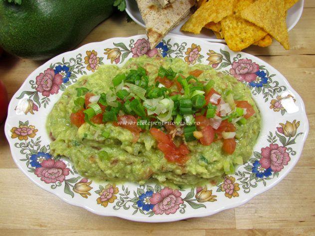 Reteta de guacamole (pasta de avocado cu ceapa si rosii), un aperitiv minunat, consistent, fin si foarte aromat, usor de preparat.
