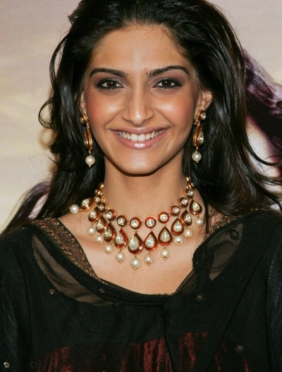 Indian celebrity Sonam Kapoor wearing kundan necklace